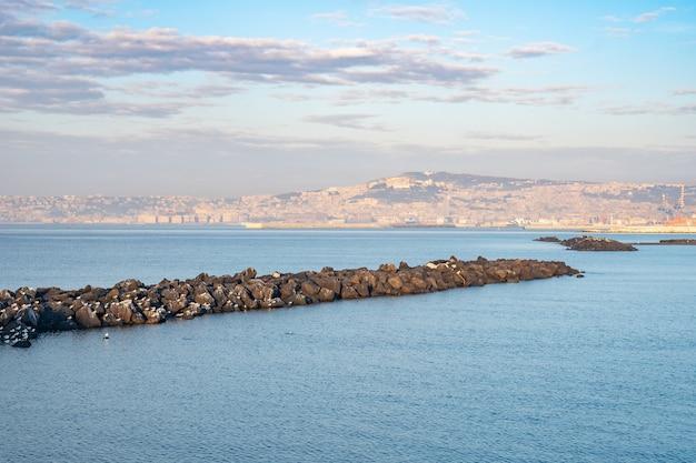 Panoramiczny widok na zatokę neapolitańską, błękitne morze, kampania, włochy.