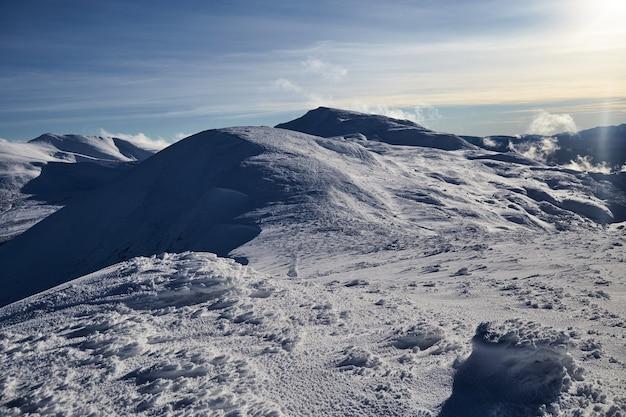 Panoramiczny widok na zimowe szczyty. zimowy krajobraz. karpackie góry