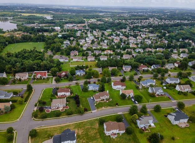 Panoramiczny widok okolicy na dachach domów letniskowych osiedla mieszkaniowego