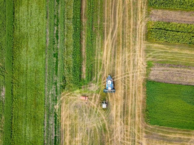 Panoramiczny widok orki po zbiorach na polu w okresie letnim. widok z góry z lotu ptaka z drona pola po zbiorach