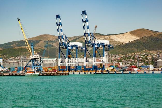 Panoramiczny widok portu morskiego ze statkiem, ładunkiem, kontenerami. wysyłka ładunków