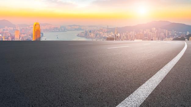 Panoramiczny widok pusta droga w mieście