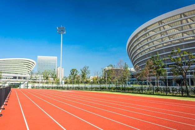 Panoramiczny widok stadionu piłkarskiego i miejsc stadionowych