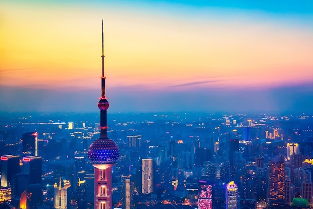 Panoramiczny widok szanghaj, chiny linia horyzontu od drapacza chmur przy zmierzchem w wieczór.