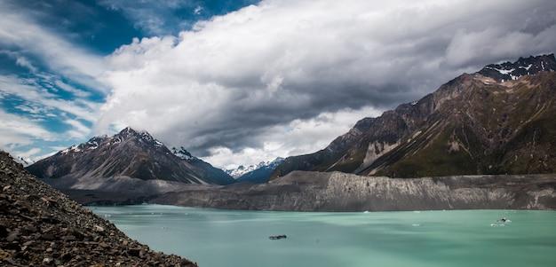 Panoramiczny widok tasman lodowiec jezioro w góry cook parku narodowym, nowa zelandia