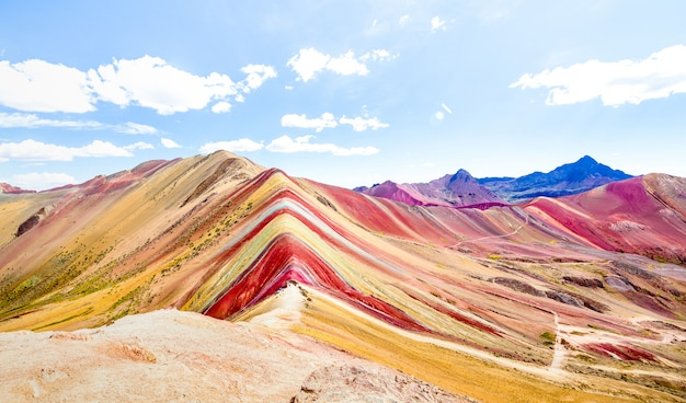 Panoramiczny widok tęczy góra przy vinicunca górą w peru