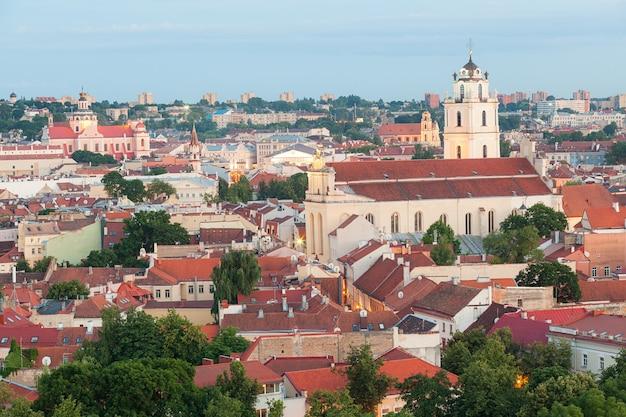 Panoramiczny widok vilnius stary miasteczko przy zmierzchem