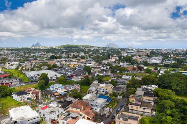 Panoramiczny widok z góry na miasto i góry na wyspie mauritius, mauritius island.