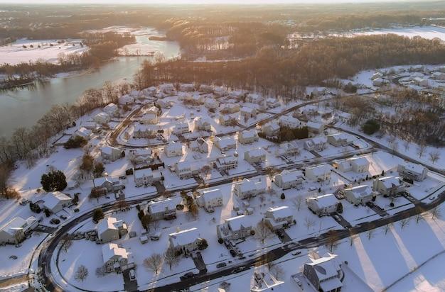 Panoramiczny widok z góry na obszary domów mieszkalnych w ośnieżonej dzielnicy miasta dzielnicy