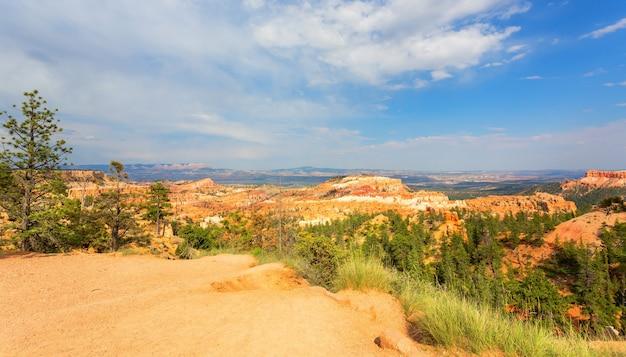 Panoramiczny widok z góry na park narodowy bryce canyon