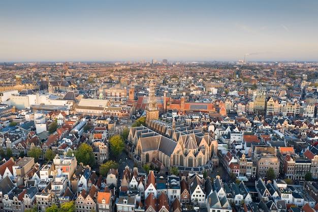 Panoramiczny widok z lotu ptaka amsterdam, holandie. widok na zabytkową część amsterdamu