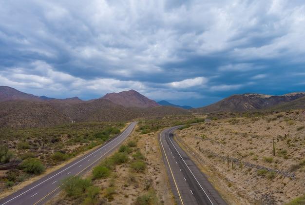 Panoramiczny widok z lotu ptaka autostrada przez suchą pustynię w górach arizony podróżująca przygoda pustynna droga