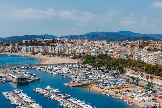 Panoramiczny widok z lotu ptaka blanes w costa brava w pięknym letnim dniu, hiszpania
