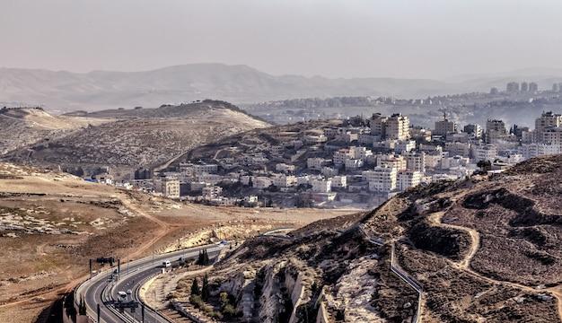Panoramiczny widok z lotu ptaka dzielnicy jerozolimy izrael tekstury gór na pierwszym planie