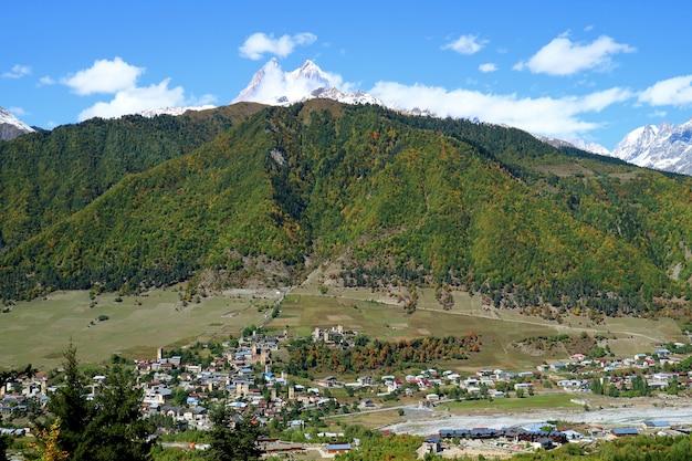 Panoramiczny widok z lotu ptaka mestia przegapiony górą ushba, svaneti region, gruzja