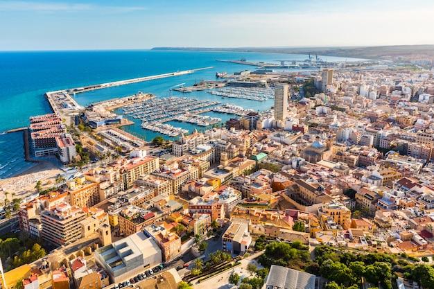 Panoramiczny widok z lotu ptaka miasta alicante