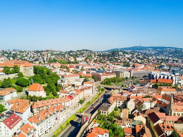 Panoramiczny widok z lotu ptaka miasta bratysława. bratysława jest stolicą słowacji.