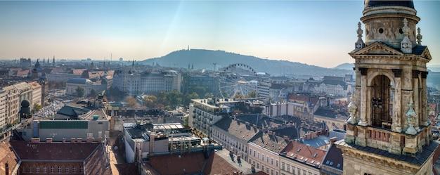Panoramiczny widok z lotu ptaka na historyczną część budapesztu z dzwonnicą.
