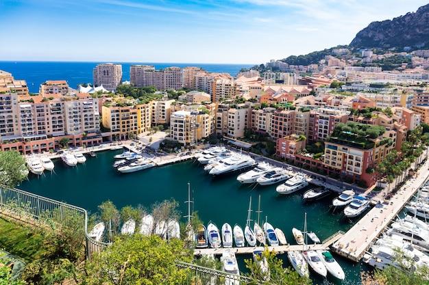 Panoramiczny widok z lotu ptaka na luksusowe jachty i apartamenty centrum miasta i portu monte carlo, lazurowe wybrzeże, monako, riwiera francuska.