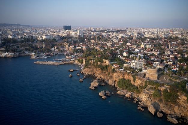 Panoramiczny widok z lotu ptaka na morze śródziemne i kurort. antalya, turcja.