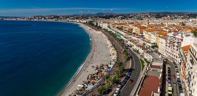 Panoramiczny widok z lotu ptaka na plaże w nicei we francji