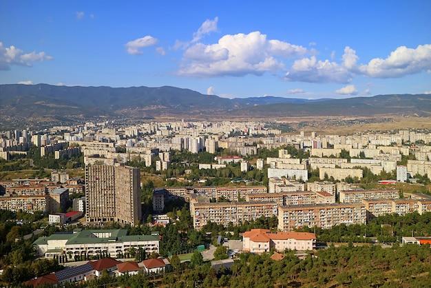 Panoramiczny widok z lotu ptaka na przedmieścia tbilisi widziany z kroniki gruzji, tbilisi, gruzja