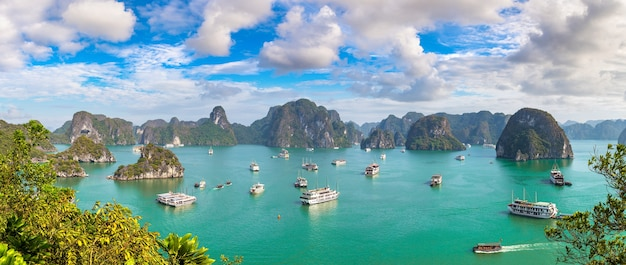 Panoramiczny widok z lotu ptaka na zatokę halong w wietnamie