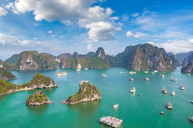 Panoramiczny widok z lotu ptaka na zatokę halong, wietnam