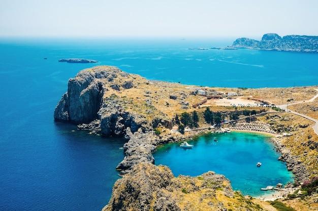 Panoramiczny widok z lotu ptaka na zatokę saint paul w lindos na wyspie rodos, grecja