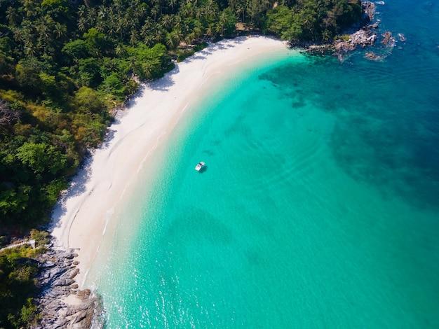 Panoramiczny widok z lotu ptaka piękna plaża morze w freedom beach phuket tajlandia