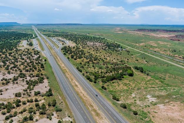 Panoramiczny widok z lotu ptaka podróż z dużą prędkością przez pustynię w arizonie do odległych gór