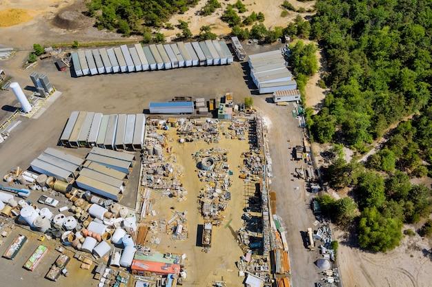 Panoramiczny widok z lotu ptaka złom metalowy jako odpady zebrane w części na złomowisku złomu do recyklingu