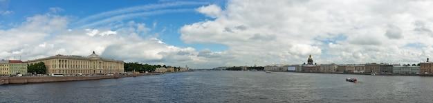 Panoramiczny widok z petersburga z mostu