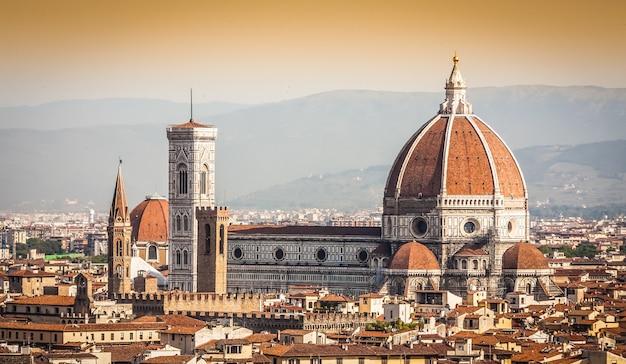 Panoramiczny widok z piazzale michelangelo we florencji - włochy