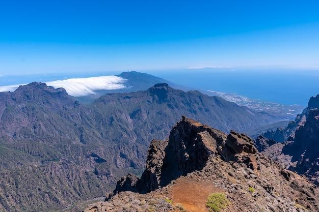 Panoramiczny widok z roque de los muchachos na szczycie caldera de taburiente, la palma, wyspy kanaryjskie. hiszpania