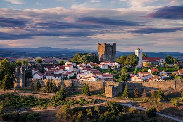 Panoramiczny widok, zadziwiający zachód słońca w średniowiecznej cytadeli (cidadela) w bragană§a, trs-os-montes, portugalia