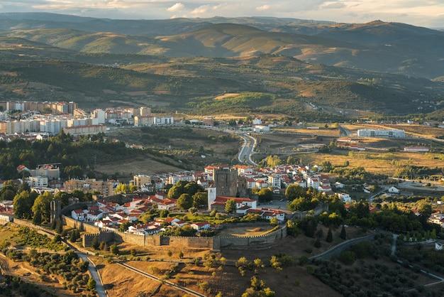 Panoramiczny widok, zadziwiający zachód słońca w średniowiecznej cytadeli (cidadela) w bragança, trás-os-montes, portugalia