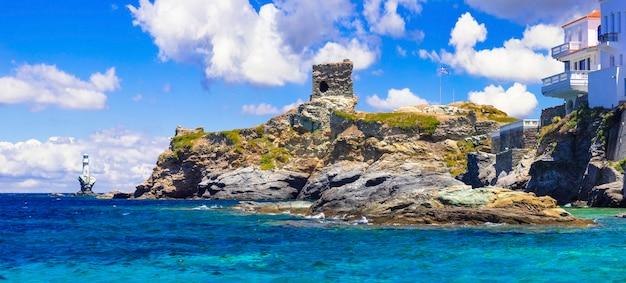 Panoramiczny widok ze starożytną wieżą i latarnią morską.