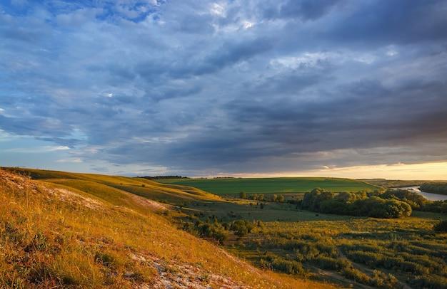 Panoramiczny widok ze wzgórz od kredy do doliny rzeki don