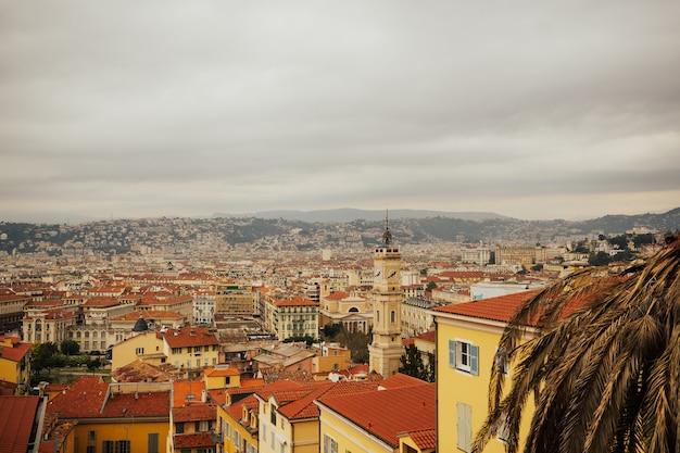 Panoramiczny widok ze wzgórza z klimatycznymi tradycyjnymi domami z czerwonymi dachówkami z nicei we francji