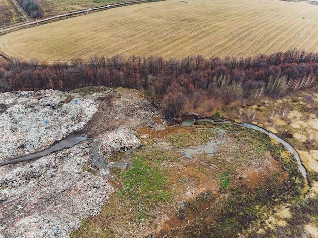 Panoramiczny widok zniszczonego krajobrazu