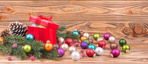 Panoramiczny z bombkami i prezentami świątecznymi, świecami