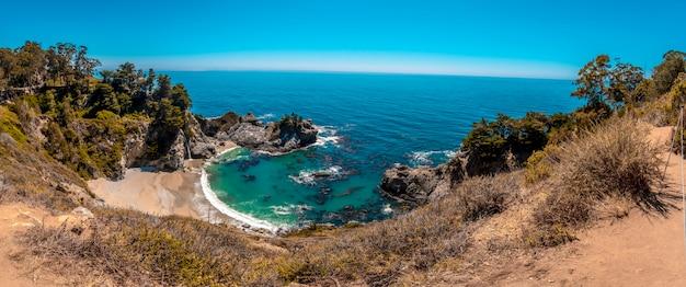 Panoramiczny z wodospadem mcway i jego krystalicznie czystą wodą plaży w kalifornii. stany zjednoczone