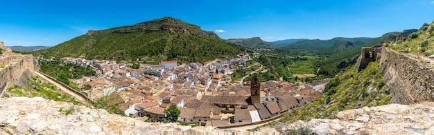 Panoramiczny z zamku miasta chulilla w górach społeczności walencji