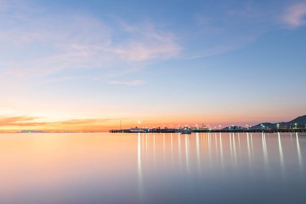 Panoramiczny zachód słońca na tropikalnym niebie błękitnego morza ze złotym światłem na molo wyspy samui