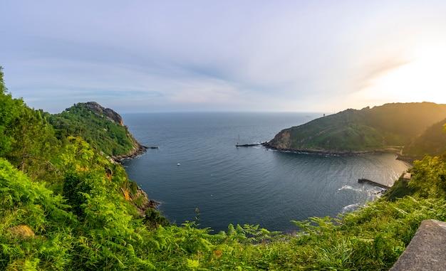 Panoramiczny zatoki pasajes z monte ulia miasta san sebastian o wschodzie słońca, gipuzkoa. kraj basków