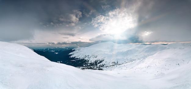 Panoramiczny zimowy krajobraz
