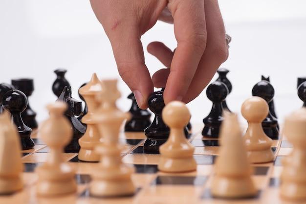 Panoramowanie szachownicy ręką poruszającą figury szachowe.