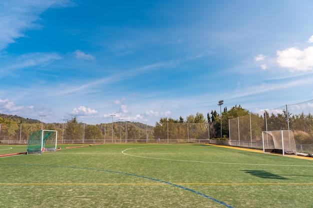Panoramowanie widoku hokeja na lodzie i kortów tenisowych oraz boiska do baseballa z miejscem na kopię tekstu