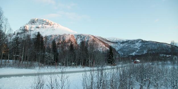 Panoramy zimy góra i jezioro